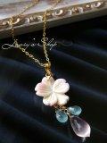 クィーンコンクシェルフラワーと春色Gemのネックレス