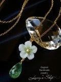 潤いプレナイトと小花のネックレス