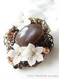 チャコールブラウンムーンとお花のブローチ